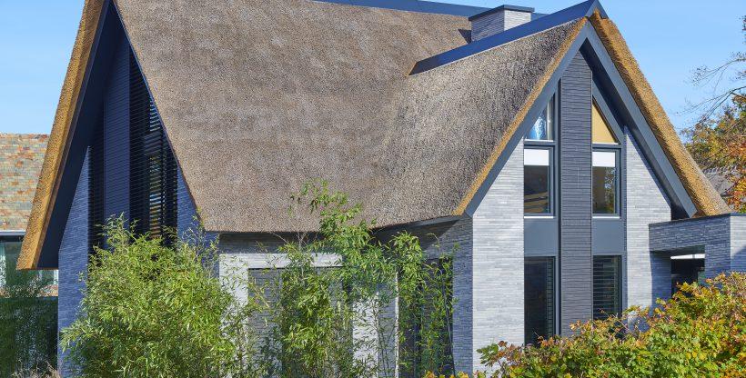 Moderne woning met rieten dak