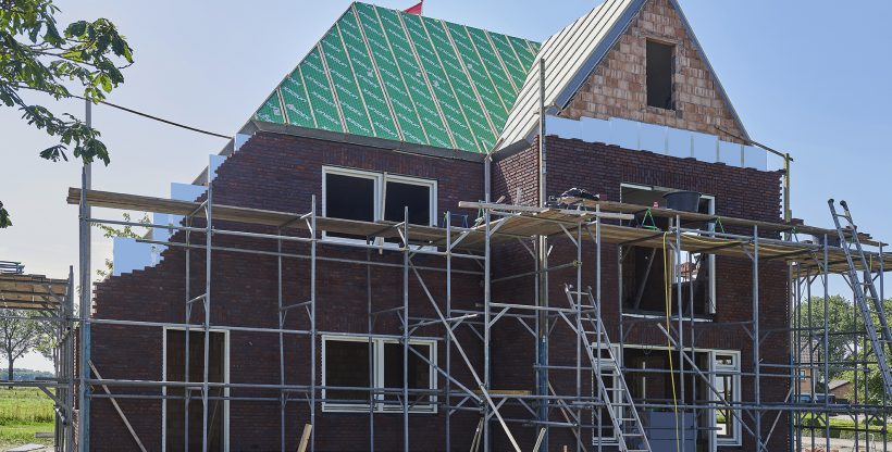 Steigers voor woning in aanbouw